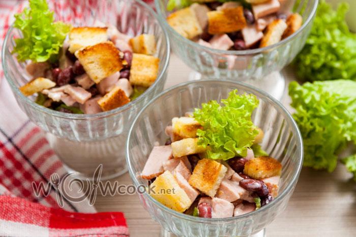 салат с сухариками и красной фасолью