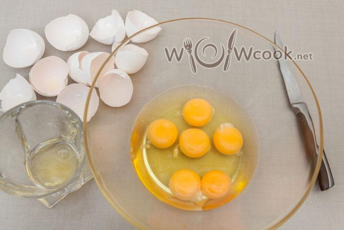 6 желтков и 5 белков, 1 белок для глазури