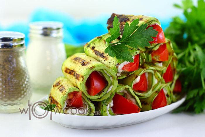 Язычки из кабачков с чесноком и помидорами