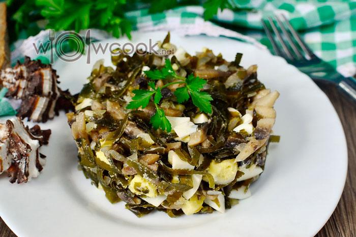 салат с жареными шампиньонами, морской капустой и яйцом рецепт с фото