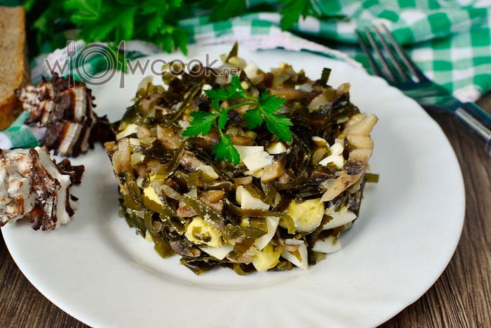 Салат с жареными шампиньонами, морской капустой и яйцом