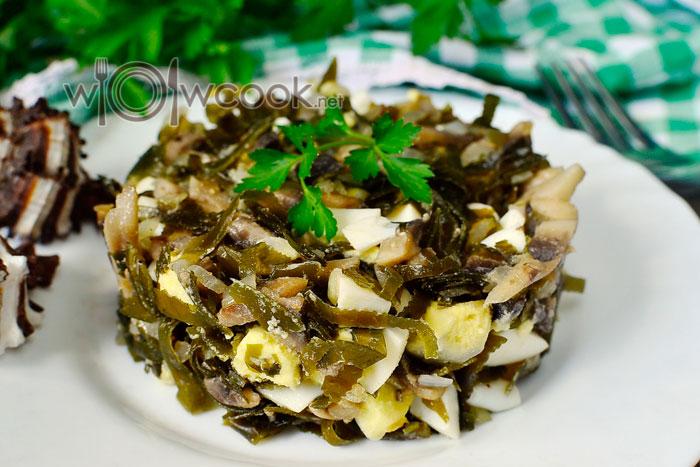 рецепт с жареными шампиньонами, морской капустой и яйцом