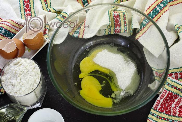 Разбиваем яйца, добавляем соль и сахар