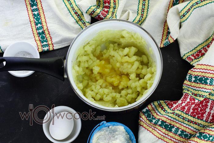 разминаем картошку в пюре и добавляем яйцо