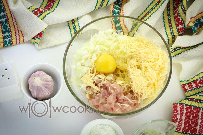 смешиваем курицу, сыр, лук, яйцо