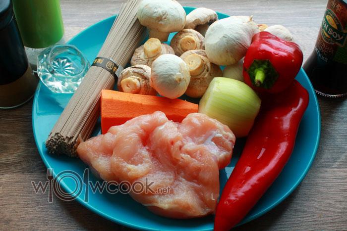 ингредиенты для лапшы соба с курицей и овощами