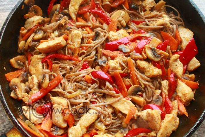 добавить заправку и тушить лапшу с курицей и овощами 2 минуты