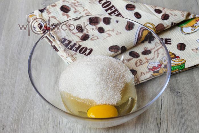разбиваем в миску яйцо с сахаром