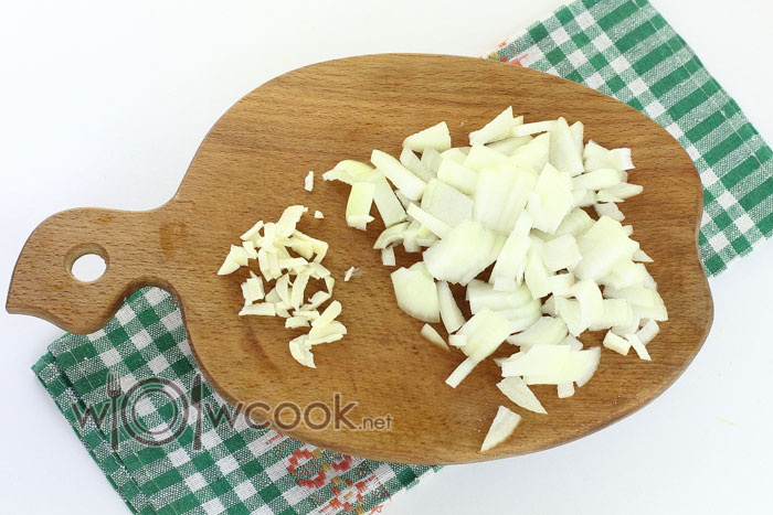 нарезаем лук и чеснок