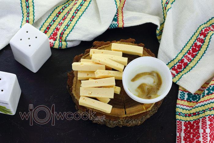 сыр нарезаем брусочками
