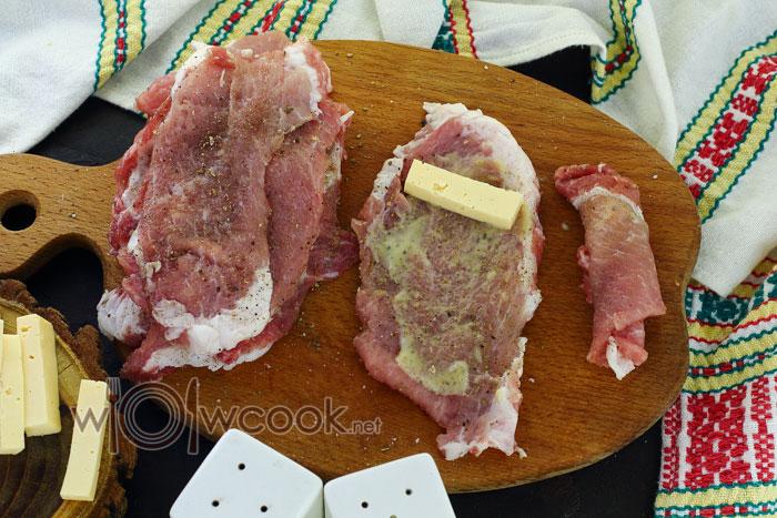 смазывем мясо соусом и выкладываем кусочек сыра