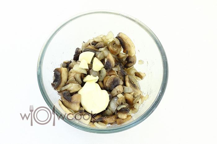 в грибы с луком добавляем майонез и взбиваем блендером