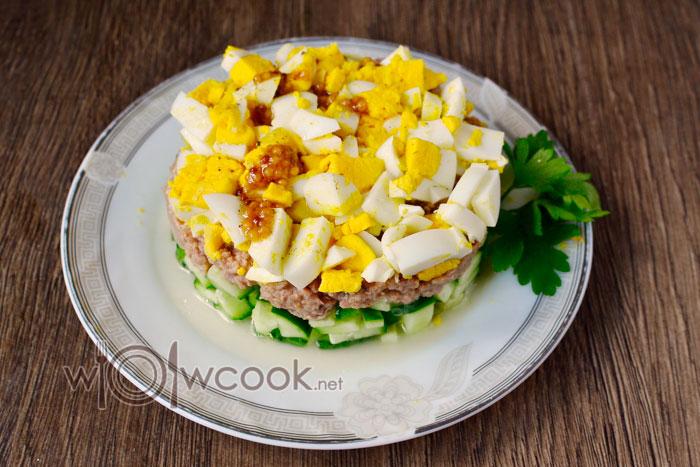Рецепт салата с тунцом консервированным, яйцом и огурцом