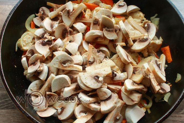 добавить грибы к овощам