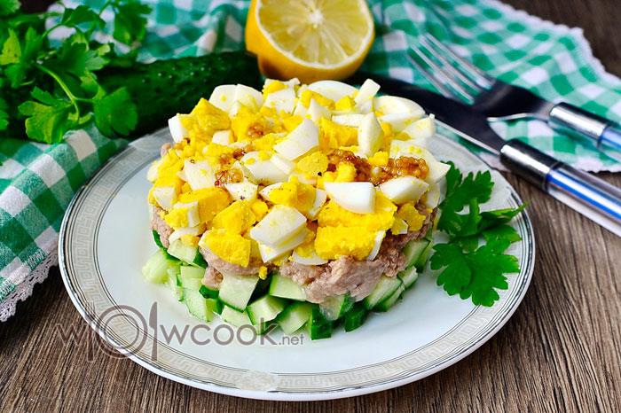 Салат с тунцом консервированным, простой классический рецепт