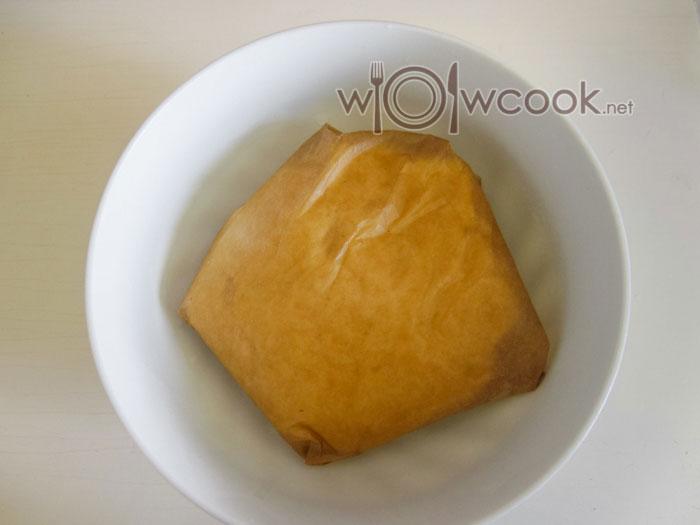 заворачиваем тесто в пекарскую бумагу