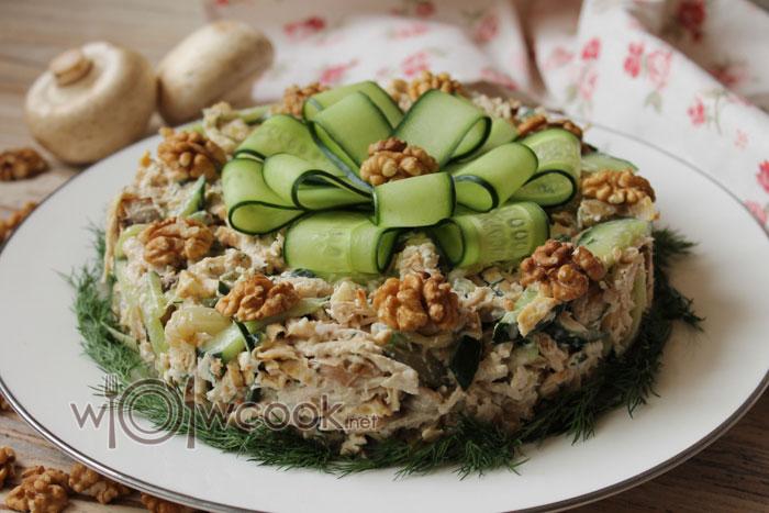 Очень вкусный и сытный салат с курицей и жареными грибами