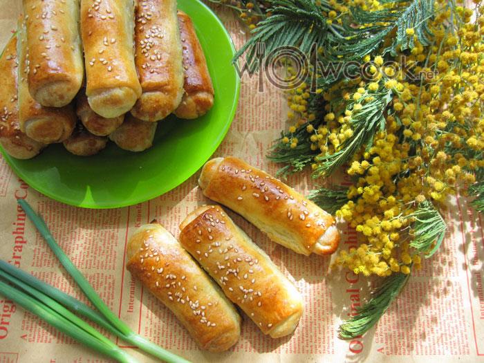 Вкусные закусочные пирожки с соленым творогом и луком