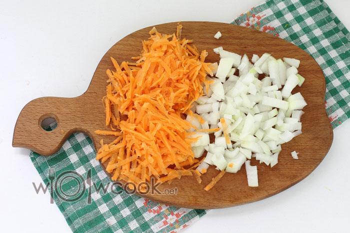 нарезаем лук и натираем морковь