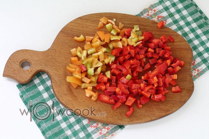 нарезаем кубиками болгарский перец