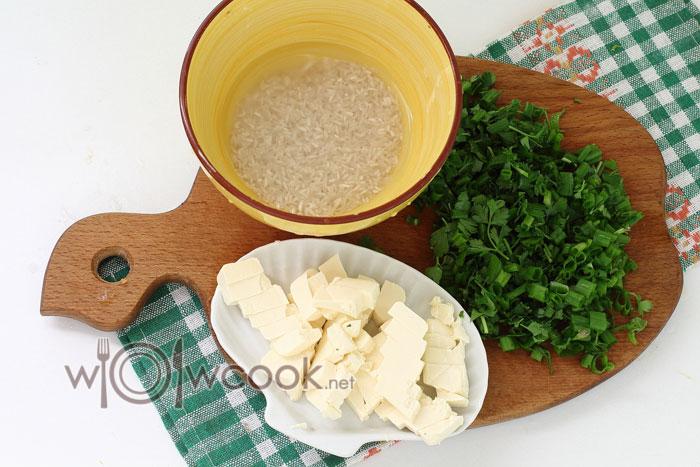 Промываем рис, нарезаем зелень и сыр