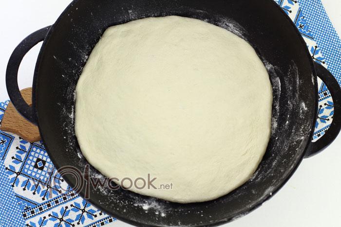 Разогреваем сковороду, припыляем мукой и выкладываем