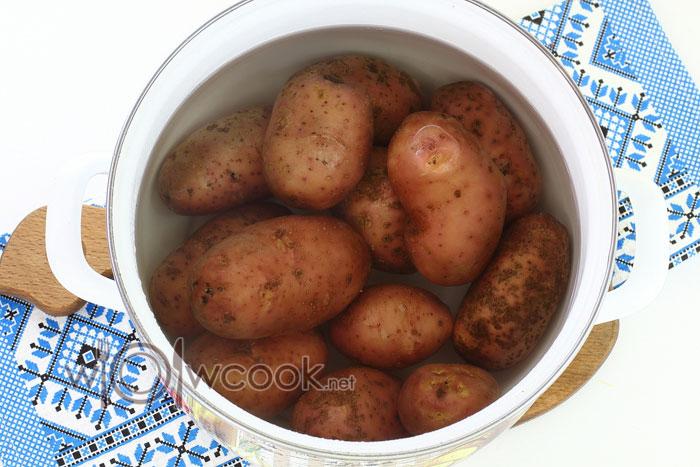 Заливаем картофель холодной водой и варим 15 минут