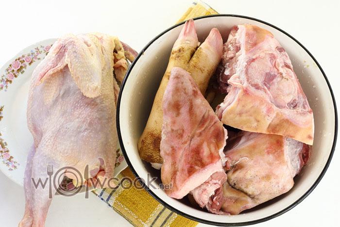 Подготавливаем мясо для холодца