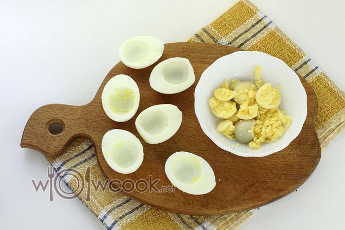 Разрезаем яйца пополам и извлекаем желтки