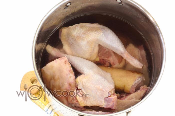 Заливаем мясо водой и оставляем на 3-4 часа
