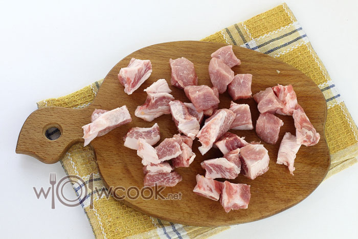 Подготавливаем и нарезаем мясо