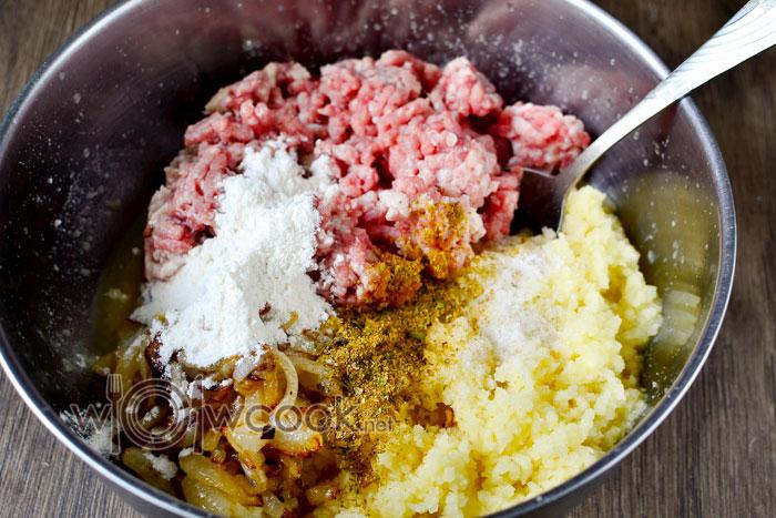 Добавляем мясо, соль и специи к картофелю