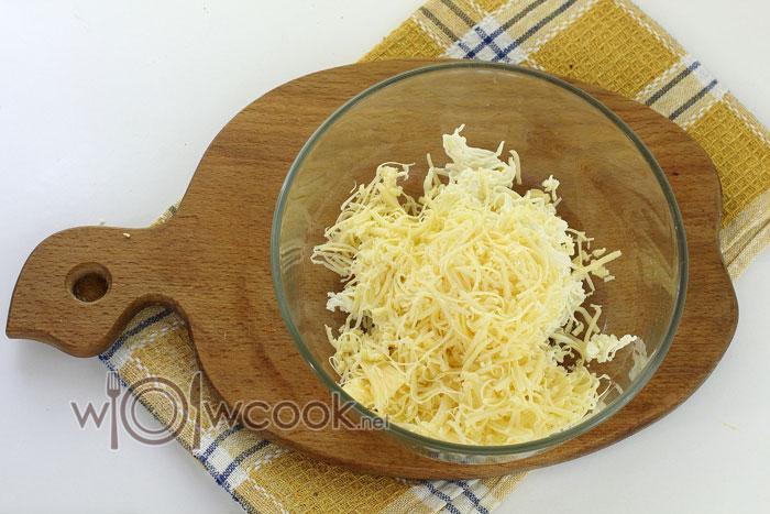 Измельчаем твердый сыр и добавляем к плавленному