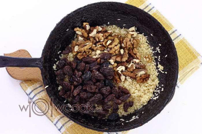 Добавляем в рис изюм и грецкий орех