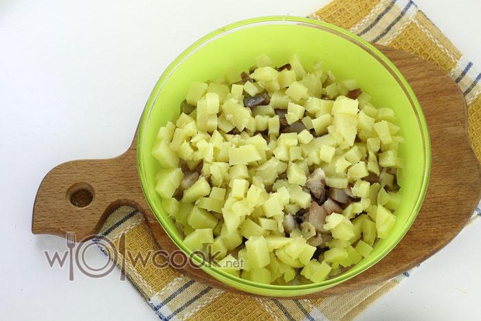 Нарезаем картофель и добавляем его к ингредиентам