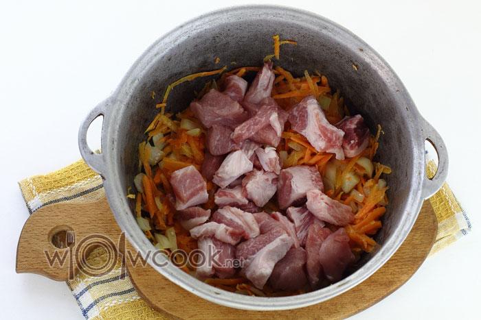 Добавляем мясо к зажарке