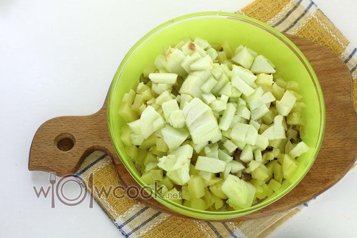 Мякоть яблока нарезаем кубиками и добавляем в салатник