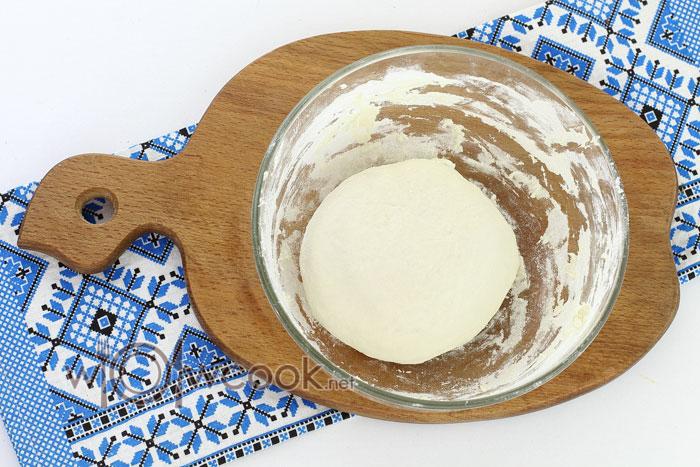 Замешиваем мягкое тесто, накрываем его и даем отдохнуть