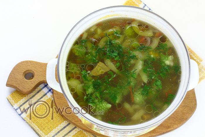 Добавляем зелень в суп, даем настояться