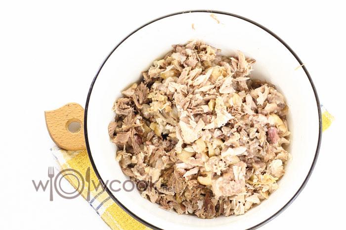 Отделяем мясо от кости и перемешиваем