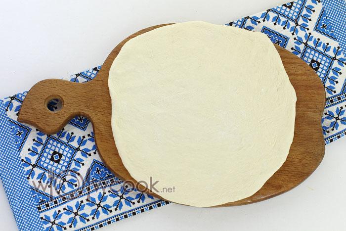 Раскатываем тесто в пласт не очень тонкий