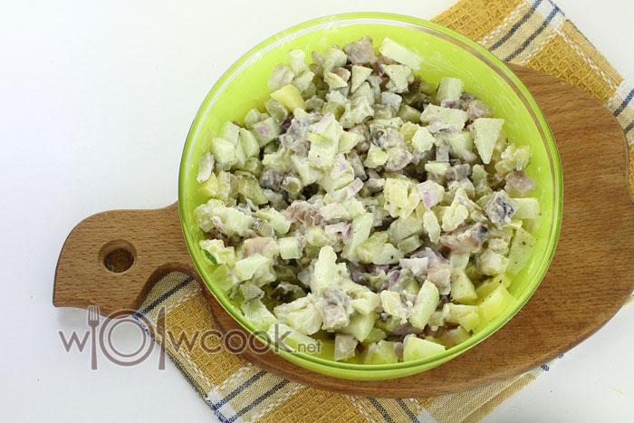 салат с селедкой и картофелем готов