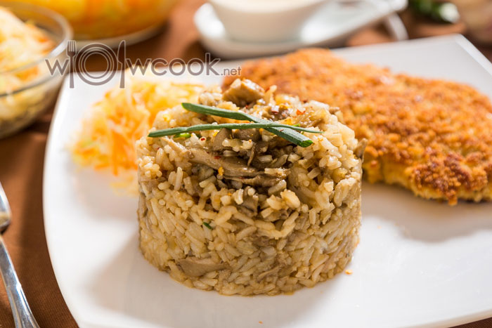 рис на сковороде с грибами