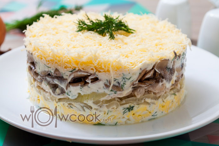 вкусный салат с жареными шампиньонами и курицей