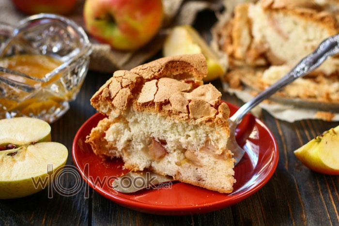 Шарлотка с яблоками, классический рецепт