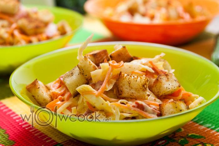 салат с колбасой, капустой и морковью