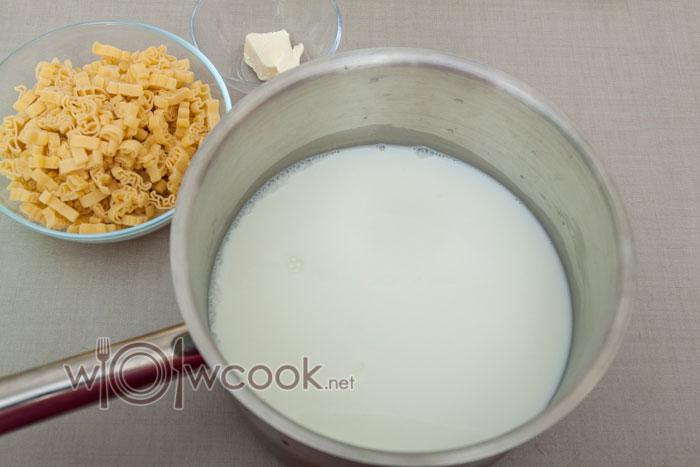 молоко в сотейнике