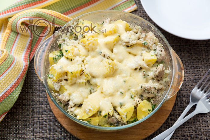 Картошка в духовке с курицей и сыром