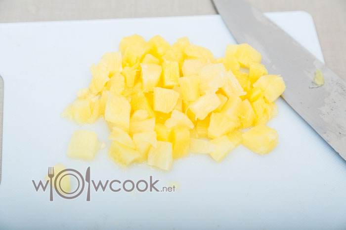 нарезаем ананасы