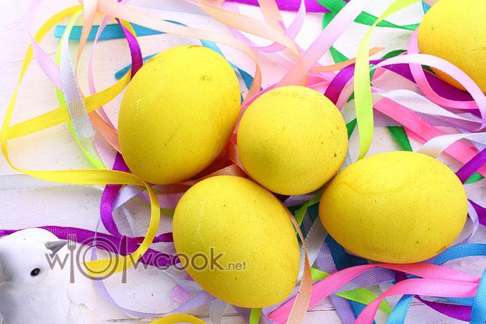 желтые яйца на Пасху